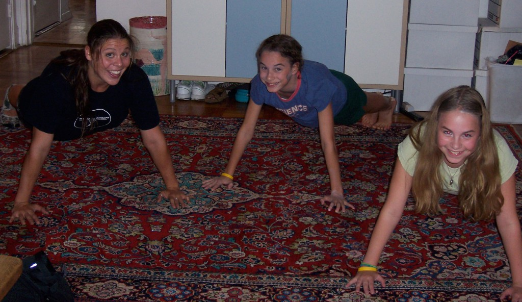 Kids working out in the living room - Energetic Juniors
